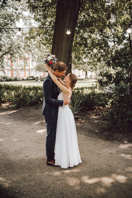 Brautpaar unter Lampe
