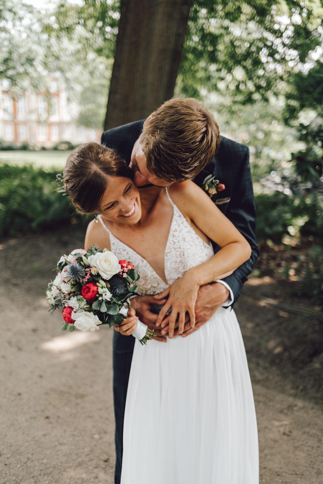 Hochzeitsfotograf Osnabrück Münster Bräutigam küsst Braut